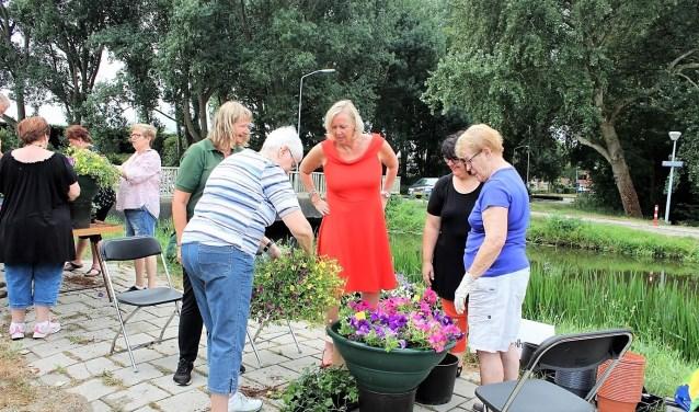 Wethouder Astrid van Eekelen en gebiedsregisseur Vanessa van Hurck hielpen de buurtbewoners een handje mee om de plantenbakken te vullen (foto: pr).