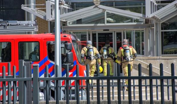 De brandweer voor de ingang van het Speciaal Tribunaal voor Libanon in Leidschendam (foto: AS Media).