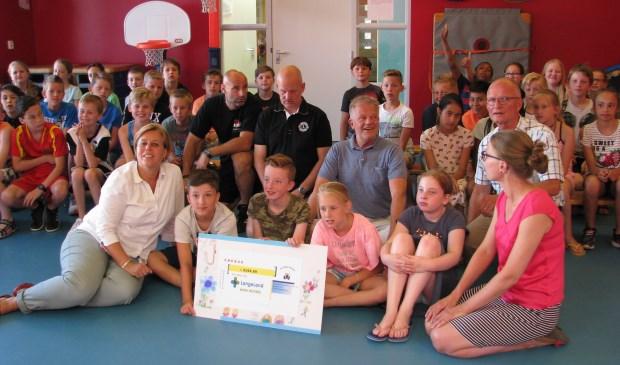 Marlieske en Dayenne van de kinderafdeling van het LLZ namen op 2 juli de cheque van 2154,99 euro in ontvangst van de kinderen van beide groepen 6 van de Spelevaert. Foto: pr