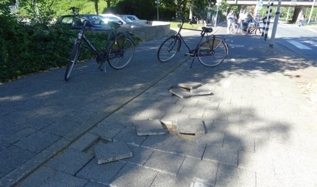 Losliggende tegels aan de Mgr. Van Steelaan in Voorburg (foto: Ap de Heus).