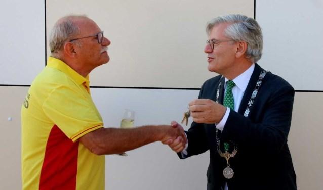 Burgemeester Charlie Aptroot overhandigt de sleutel aan voorzitter Ferry de Neyn van Hoogwerff