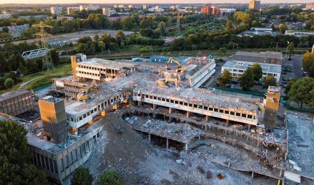 De sloop van het CBS-gebouw vordert gestaag, maar gaat nog wel even duren (dronefoto: Michel Groen).