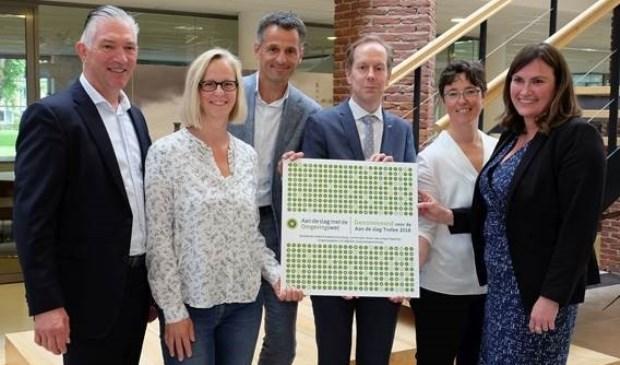 Wethouder Rouwendal nam de nominatie in ontvangst uit handen van Heleen Groot, directeur van het landelijke programma (foto: Esther van Dijk).