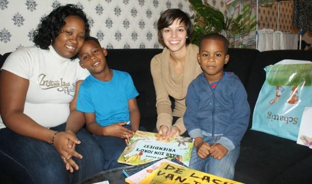 Vrijwilligers lezen thuis aan kinderen voor.Foto: Piëzo
