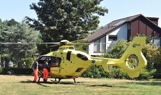 De traumahelikopter landde op een veldje aan De Haar (foto: Lucien de Vries).