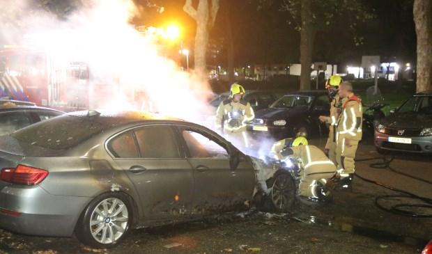 De brandweer kon niet voorkomen dat de auto verwoest werd door de vlammen. Foto's: Roy Wolters / Spa-Media