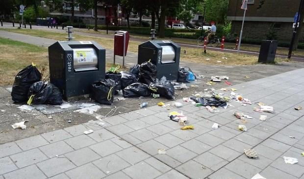 Bijplaatsen van afval is niet  normaal en zorgt voor een grote  rotzooi (foto: Ap de Heus).