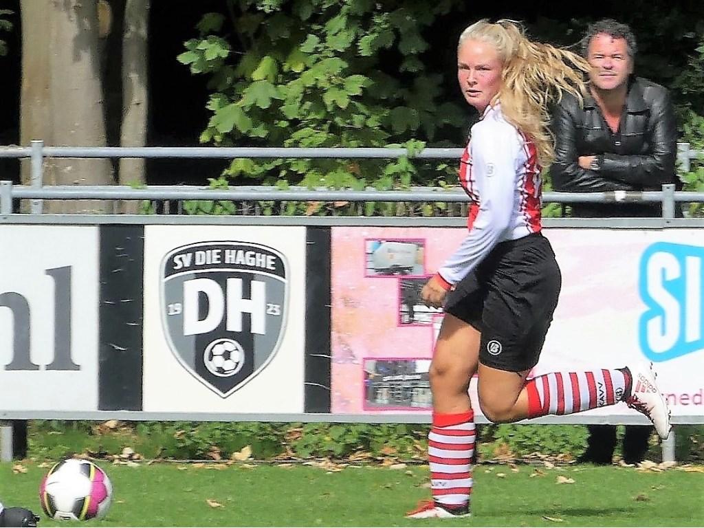 RKAVV Vrouwen-speler Lisa de Jong scoorde 3x tegen Die Haghe (foto: Jack v.d. Hulst).  © Het Krantje