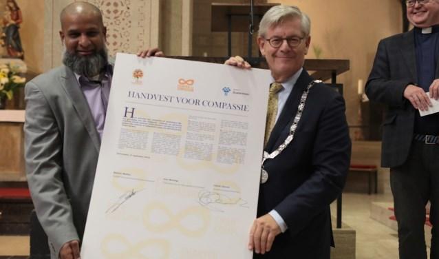 Shamier Madhar, voorzitter van het Inter Levensbeschouwelijk Overleg Zoetermeer (ILOZ) en burgemeester Charlie Aptroot. Foto: Jan van Es
