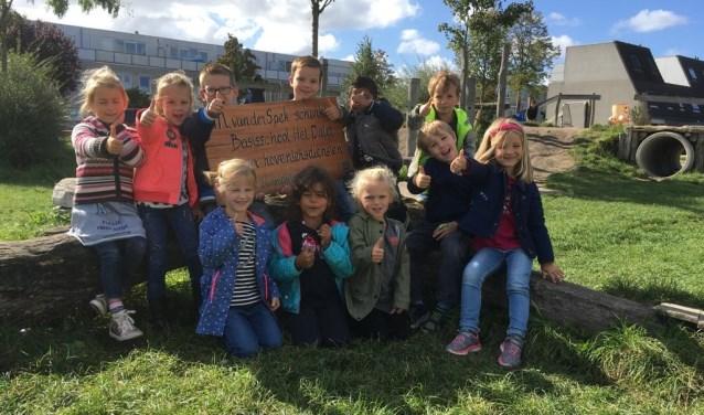 Ook de kinderen van Kindcentrum Het Palet zijn super blij met deze prijs van hoveniersbedrijf M. van der Spek uit Benthuizen. Foto: pr