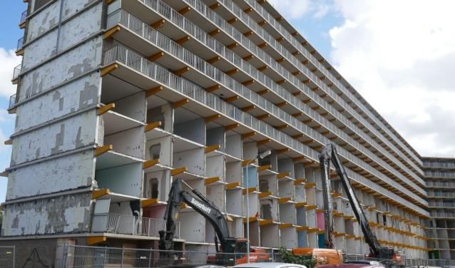 Het slopen van het flatgebouw neemt als het goed is ongeveer drie weken in beslag. Foto: Jan van Es
