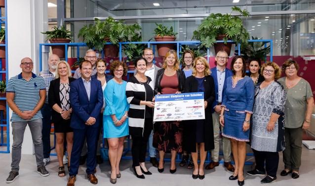 De ondertekenaars van het convenant vroegsignalering schulden. Foto: Fotoflex.nl