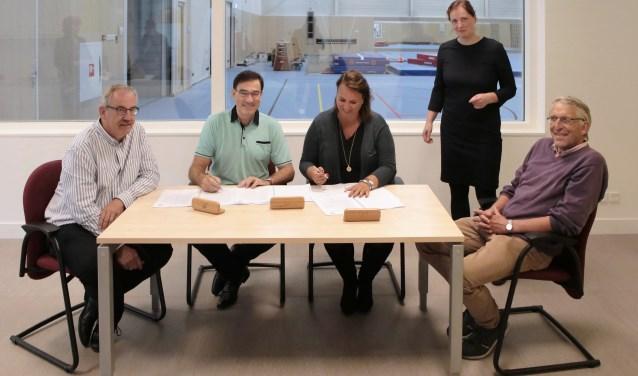 De ondertekening door de SSLV en wethouder Nadine Stemerdink.