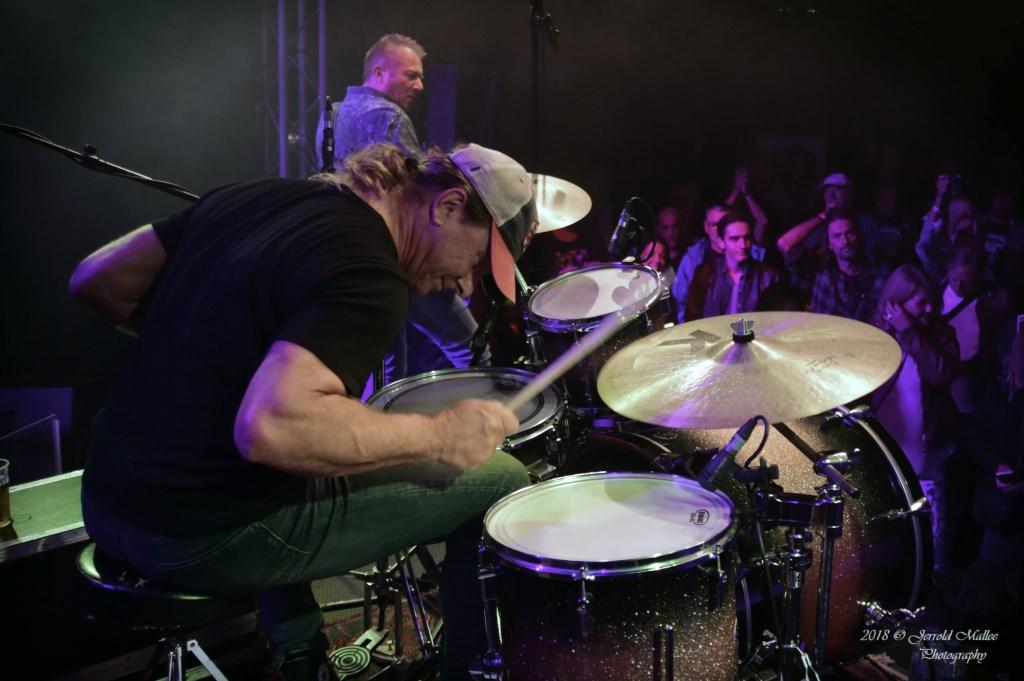 The Juke Joints. Peter Kempe in actie op drums. Foto: JERROLD-MALLEE © Postiljon