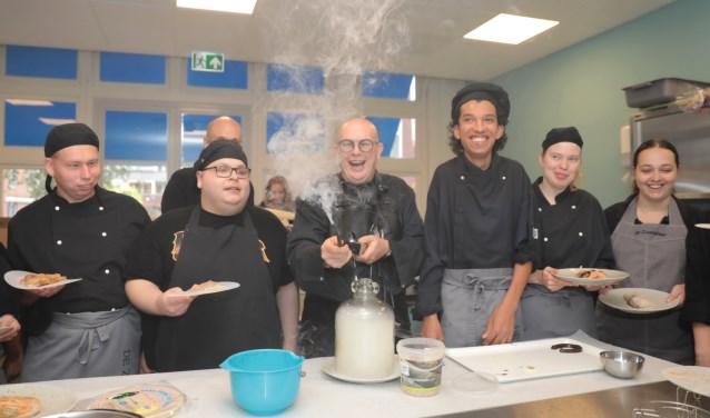 Meester kok Pierre Wind maakte met de cliënten een gerookte loempia. Foto: Jan van Es