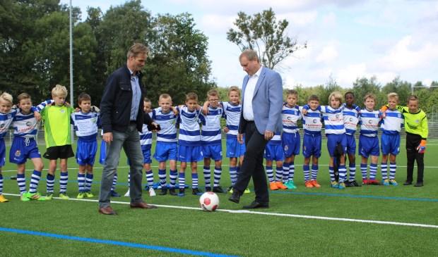 Wethouder Peter Hennevanger verricht de aftrap. Voorzitter Ruud Schalkwijk was zijn duo collega voorzitter Jonh Weijgertse te vlug af en mocht de bal ontvangen.