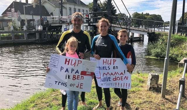 Jeroen, Johanneke, Evelien en Niels Fukken bij de Vliet waar zij een stuk zwommen in het kader van de strijd tegen ALS (foto: pr).