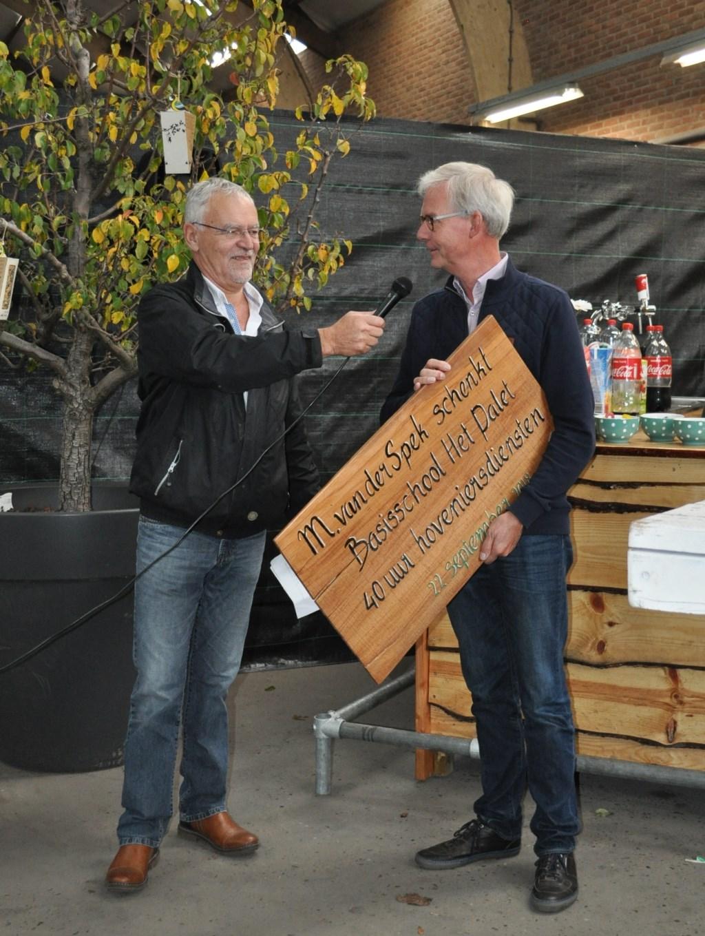 Rien van der Spek, directeur van M. van der Spek (l.) reikt Hans Koevoets, directeur van Het Palet, de prijs uit voor 40 uur hovenierswerkzaamheden. Foto: pr  © Postiljon