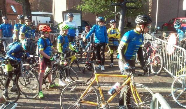 Verzamelen voor de Geuzenfietstocht: Toervereniging Zoetermeer '77 organiseert deze fietstochten die zoveel mogelijk gaan door het gebied van de opmars van de Geuzen van Zoetermeer naar Leiden. Foto: pr