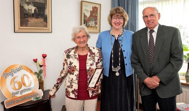 De heer en mevrouw Post-Helderman werden gefeliciteerd door wethouder Juliette Bouw (foto: Michel Groen).