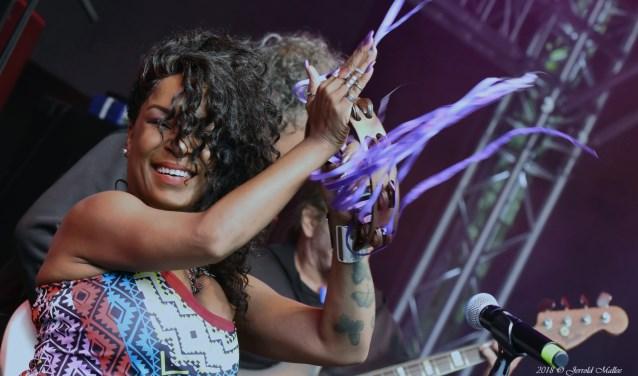 Kat Riggins en de Erwin Java Band, een van de optredens op het druk bezochte JJ Blues & Roots Festival. Foto's: Jerrold Mallee
