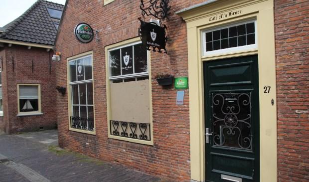 Op zondag is de rust weergekeerd in de Dorpsstraat. Een houten plaat op de plek van de ingegooide ruit is stille getuige.
