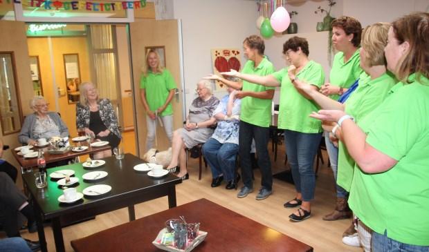De stakende leerkrachten zingen de 102-jarige mevrouw Van der Heijden toe.