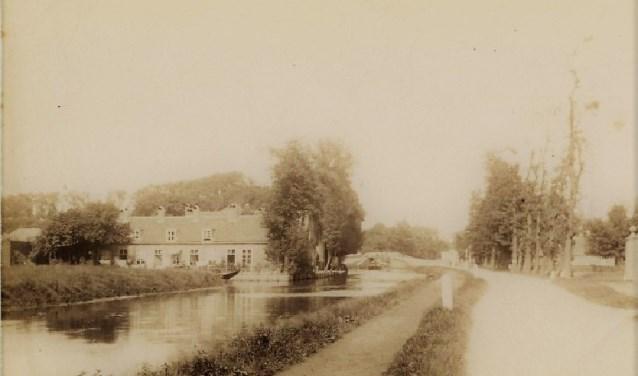 De Westvlietweg met de Vliet en op de achtergrond de Oude Tolbrug. Links Heeswijk (1895).