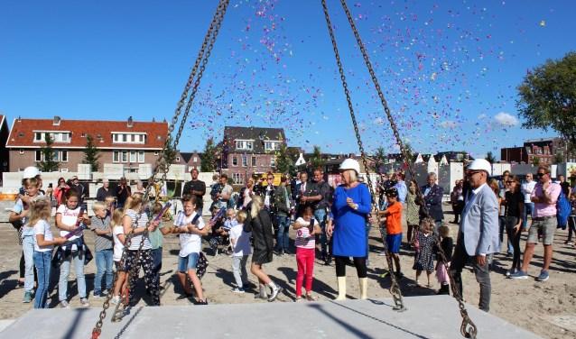 Nadat de betonnen plaat, mede door wethouder Van Eekelen, op zijn plaats was gelegd, mochten kinderen confetti afschieten (foto: DJ).