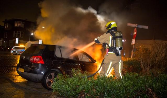 Aan de Van Egmondestraat in Voorburg ging een Volkswagen Golf in vlammen op (foto: AS Media).