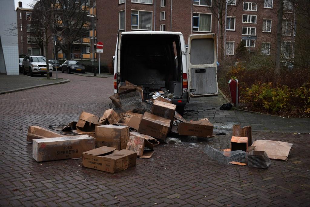 Aan de Savallelaan in Voorburg werd een brandend voorwerp gegooid in een bus met lege dozen (foto: Regio15).  © Het Krantje