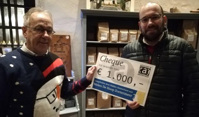 Jacques Boonekamp (bestuur Molen De Hoop, links) en Joost Ammerlaan (Bakker Ammerlaan). Foto: Cor Groen