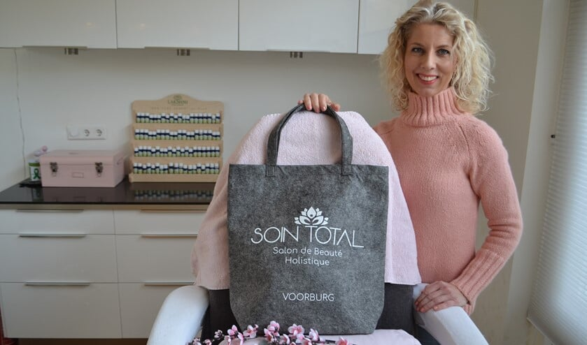 Claudia van Heck heeft voor haar klanten een jubileum goodiebag met leuke producten van ondernemers uit Leidschendam-Voorburg en omgeving klaar staan (foto/tekst: Inge Koot).