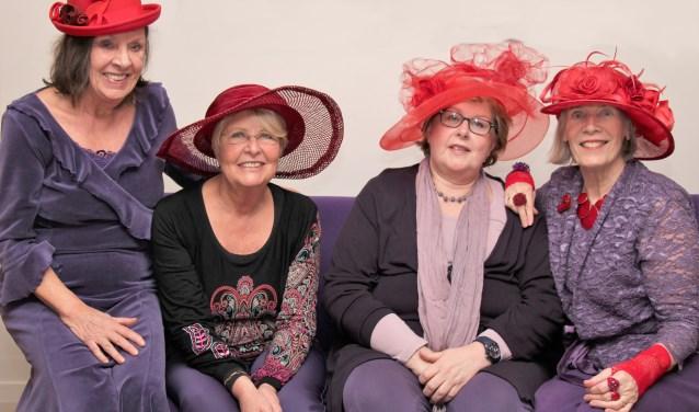 De dames van The Red Hat Society kleden zich altijd in het paars en dragen een rode hoed, een dresscode die verbindt (foto: pr).