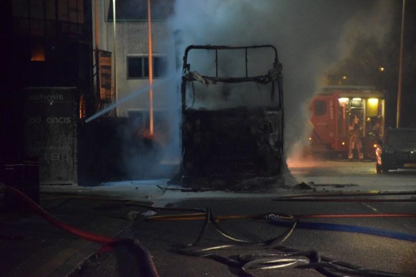 De brandweer heeft niet kunnen voorkomen dat beide gedeelten van de vrachtwagens volledig uitbrandden. Foto: AS Media