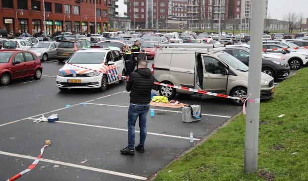 Het slachtoffer werd aangetroffen op het parkeerterrein bij het winkelcentrum in Leidschenveen (foto: Rene Hendriks/Regio15).