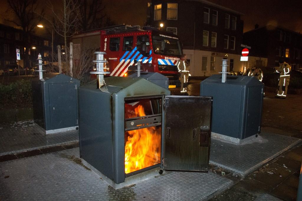 Op oudjaarsdag en -avond vlogen tal van containers in brand door vuurwerk en brandstichting (foto: AS Media).  © Het Krantje