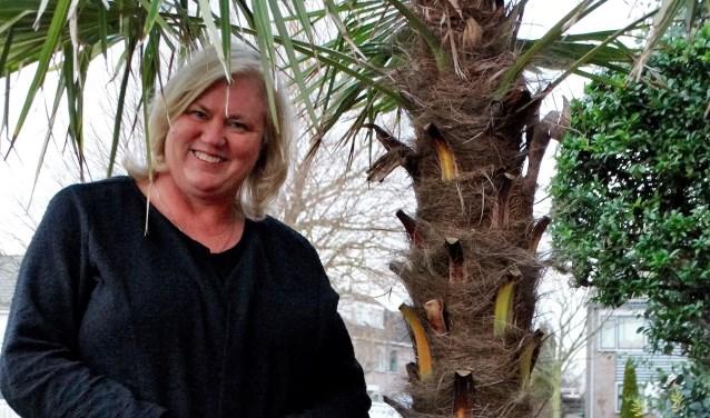 De palmboom in Bettine's tuin houdt de herinneringen aan verre oorden levend.