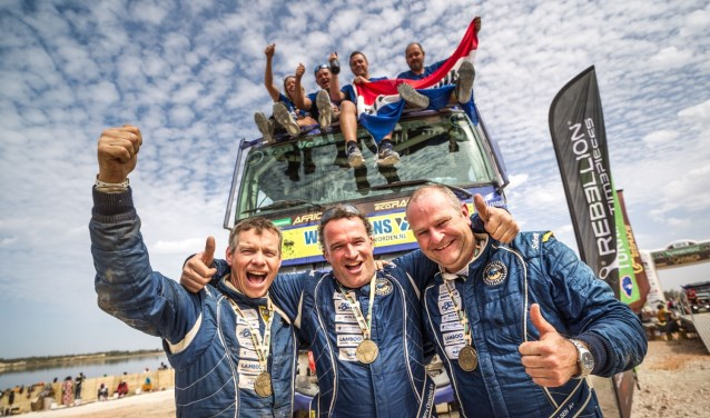 Het team van Van Velsen Rallysport viert de enige Nederlandse overwinning in de Afrika Eco Race (foto: Rallymaniacs/Tim Buitenhuis).