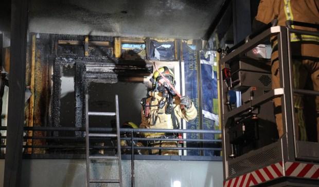 Bij de woningbrand aan de Dormaellaan ontstond grote schade (foto: Rene Hendriks/ Regio 15).