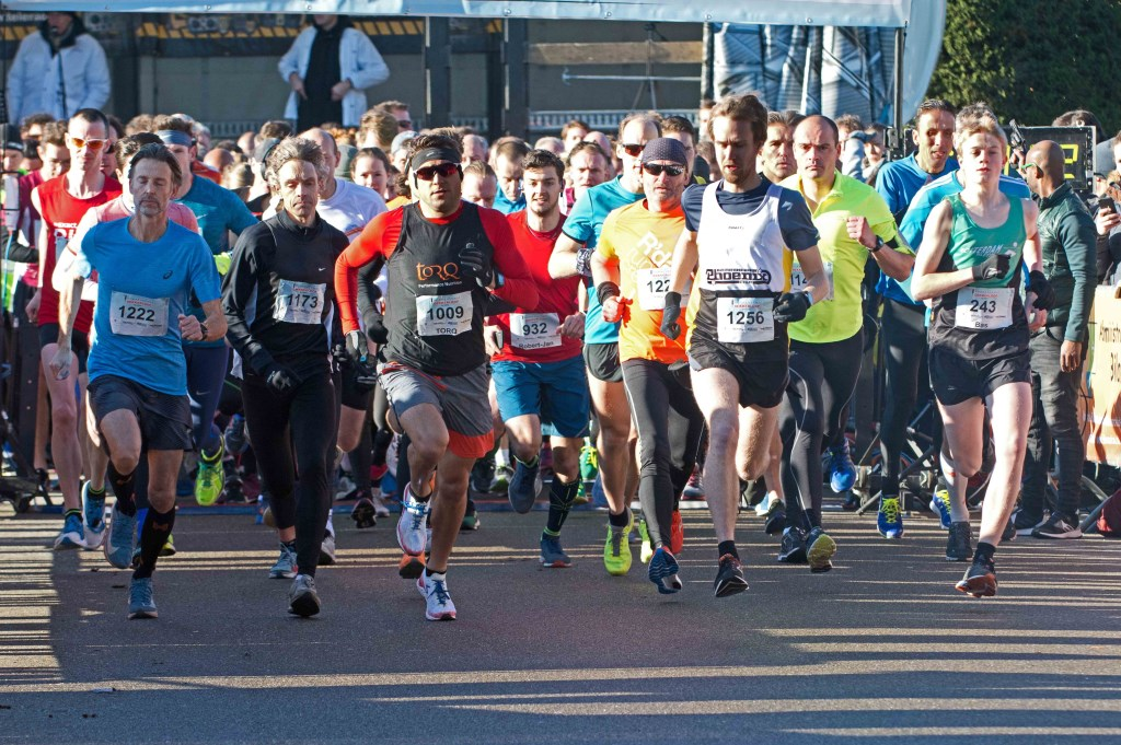 Flitsende start. De halve marathon ging om 11.30 uur van start, de 5km en 10km gingen om 12.30 uur gezamenlijk van start. Foto: stiefpaparazzi  © Postiljon
