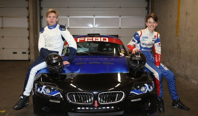 De 16-jarige coureur Milan Teekens (l.) uit Zoetermeer en Maxime Oosten (15) uit Beetsterzwaag. Vijfde in de klasse, Divisie III, een keurig resultaat voor de twee rookies van EBC Motorsport. Foto: Bas Kaligis