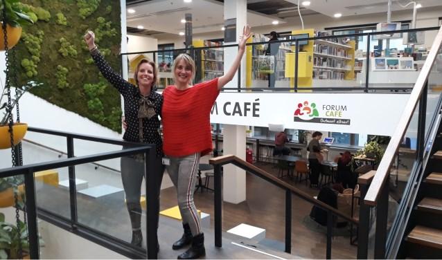 Bibliotheekmedewerkers Jenny Fidder (l.) en Lara van der Graaf (r.). Foto: Bibliotheek Zoetermeer