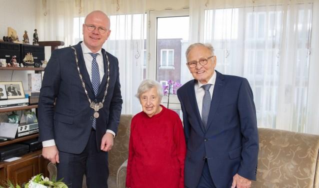 De heer en mevrouw Van Baren werden gefeliciteerd door burgemeester Klaas Tigelaar (foto: Michel Groen).