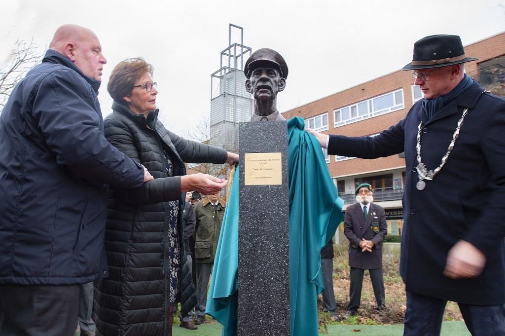 Onthulling van het beeld door burgemeester Klaas Tichelaar en familieleden van de veteraan (foto: MICHEL GROEN).