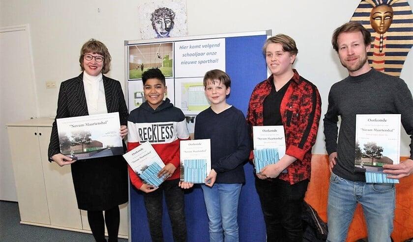 Wethouder Juliette Bouw met de vier winnaars die allen dezelfde naam hadden ingestuurd (foto: Ap de Heus).