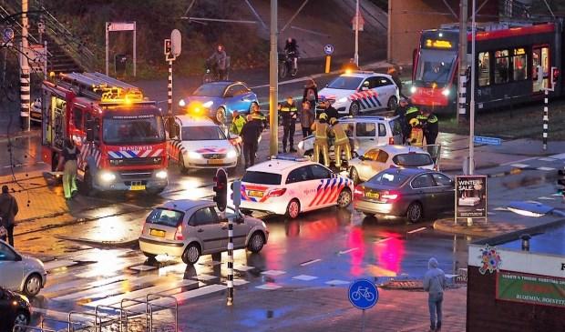 Forse schade bij een ongeval op de Mgr. Van Steelaan, waarbij voertuigen de doorgang van de trams blokkeerden (foto: Lucien de Vries).