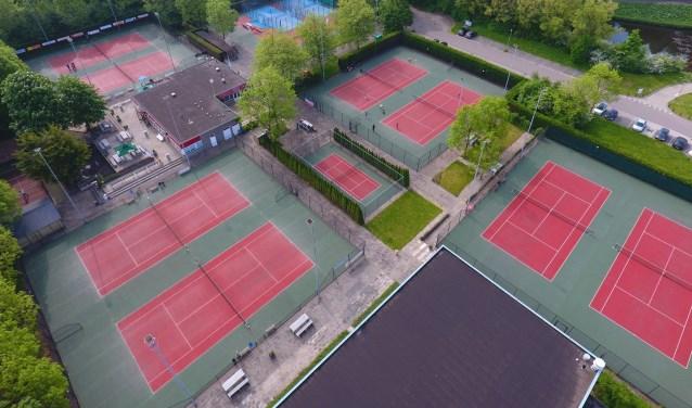 Op de gravelvervangende tennisbanen kan het hele jaar door worden gespeeld. Foto: pr