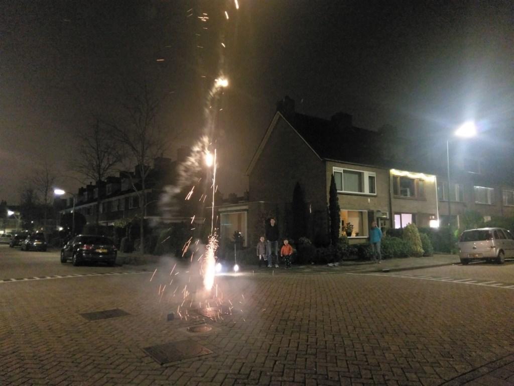 Vuurwerk met de kinderen afsteken in Prinsenhof laag in Leidschendam (ingezonden foto).  © Het Krantje
