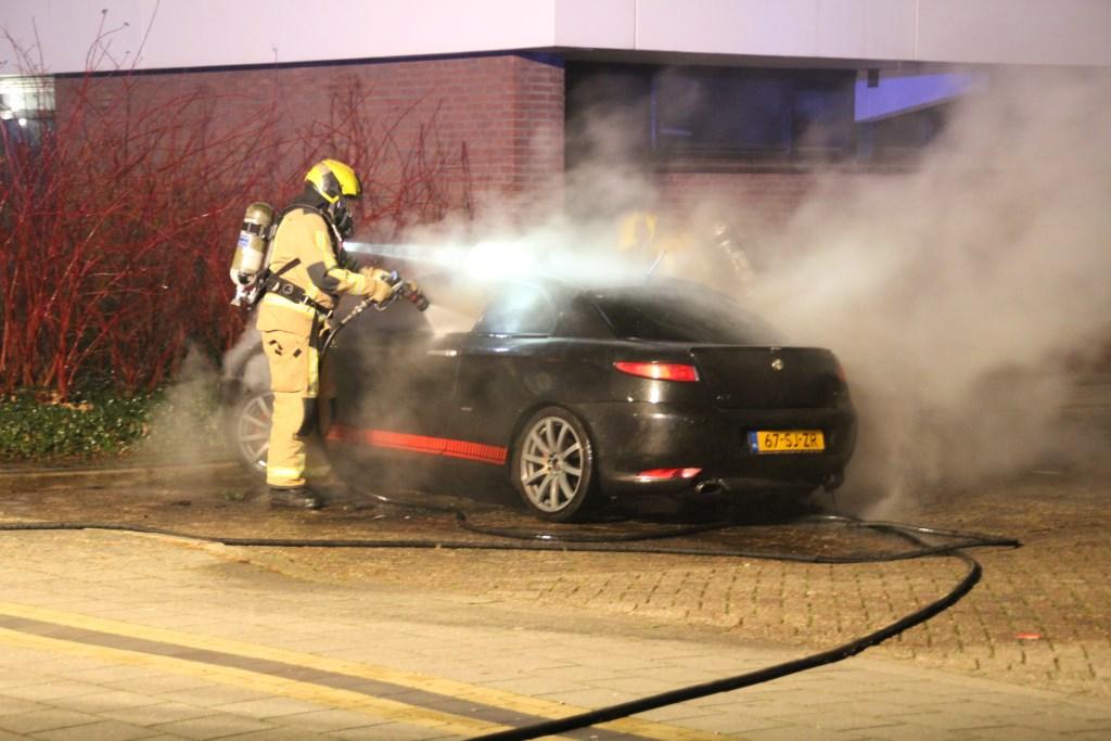 De brandweer moest een in brand gestoken auto aan de Prins J.W. Frisolaan in Leidschendam blussen (foto: Regio15).  © Het Krantje